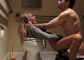 Filme de pornô novinha toda molhada de pernas abertas na privada tomando pau